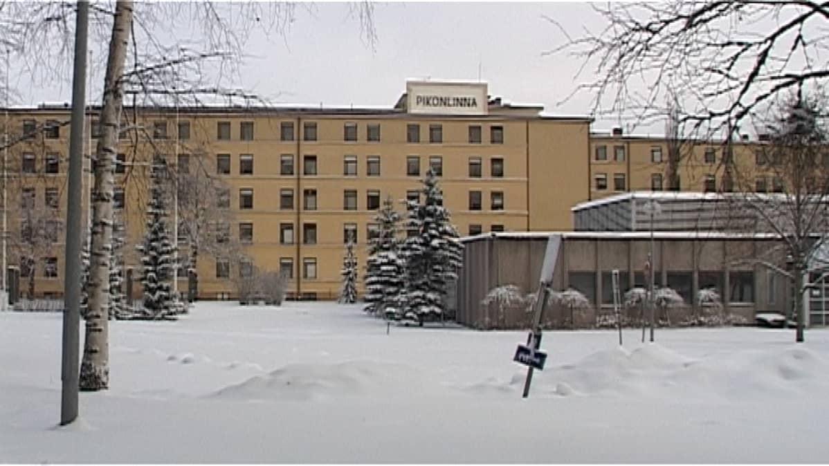 Pikonlinnan sairaalan päärakennus ja laajennusosa.