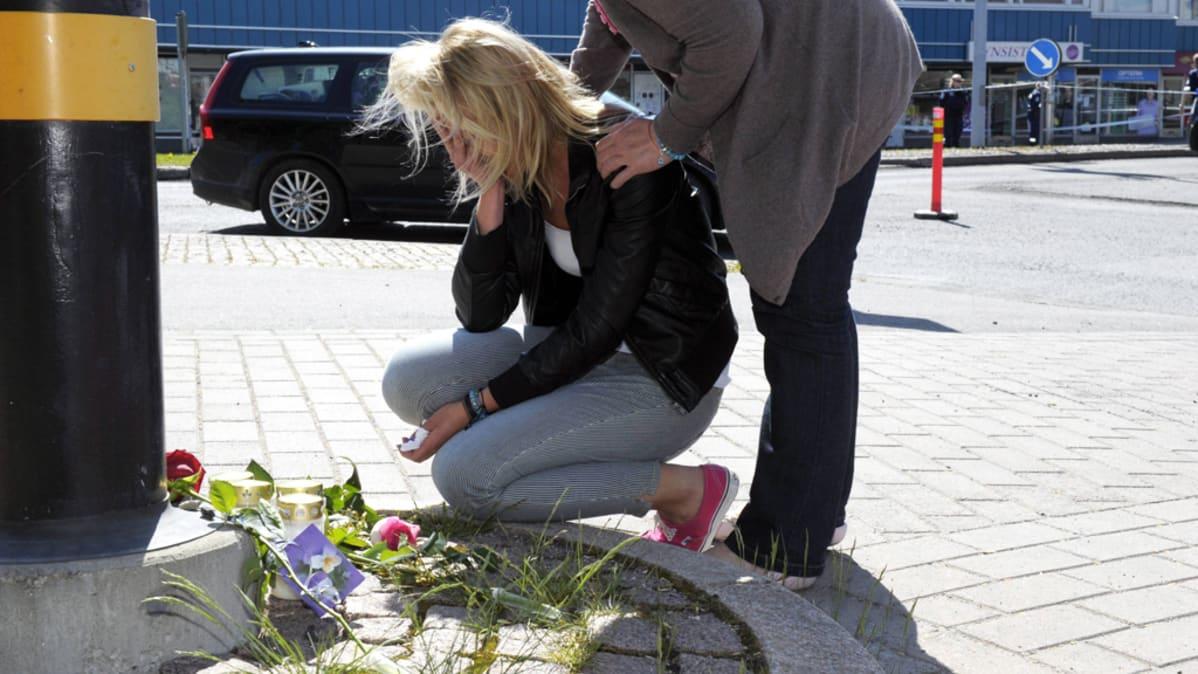 Nainen suree muistopaikalla Hyvinkään ampumisen uhreja 26. toukokuuta 2012.