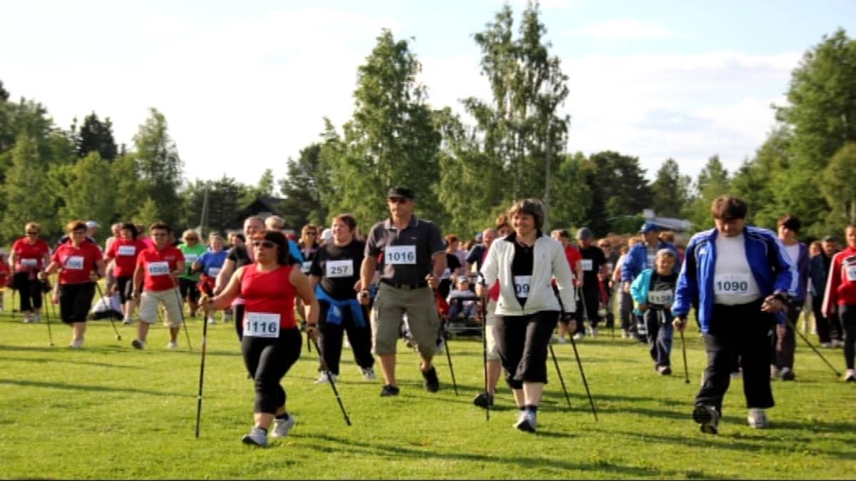 Spring för livet - Juokse elämän puolesta -tapahtuma keräsi runsaan osallistujajoukon vuonna 2011.
