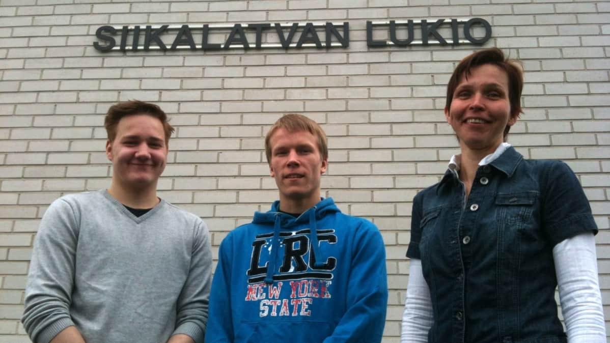 Ylioppilaat Joel Hänninen ja Ilari Iso-Junno sekä rehtori Maarit Leskelä.