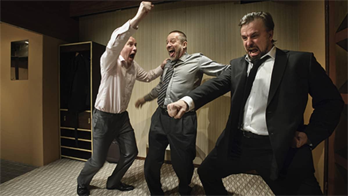 Antti Pääkkönen, Jukka-Pekka Palo ja Kristo Salminen Paavo Westerbergin käsikirjoittamassa näytelmässä Valhe.