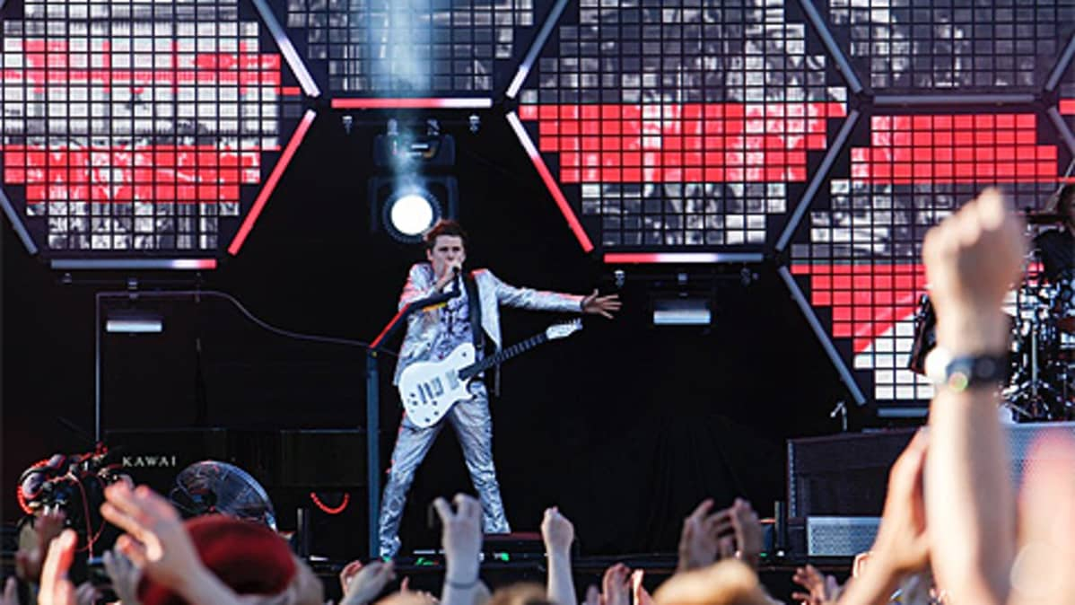 Muse esiintymässä Helsingin Kaisaniemessä