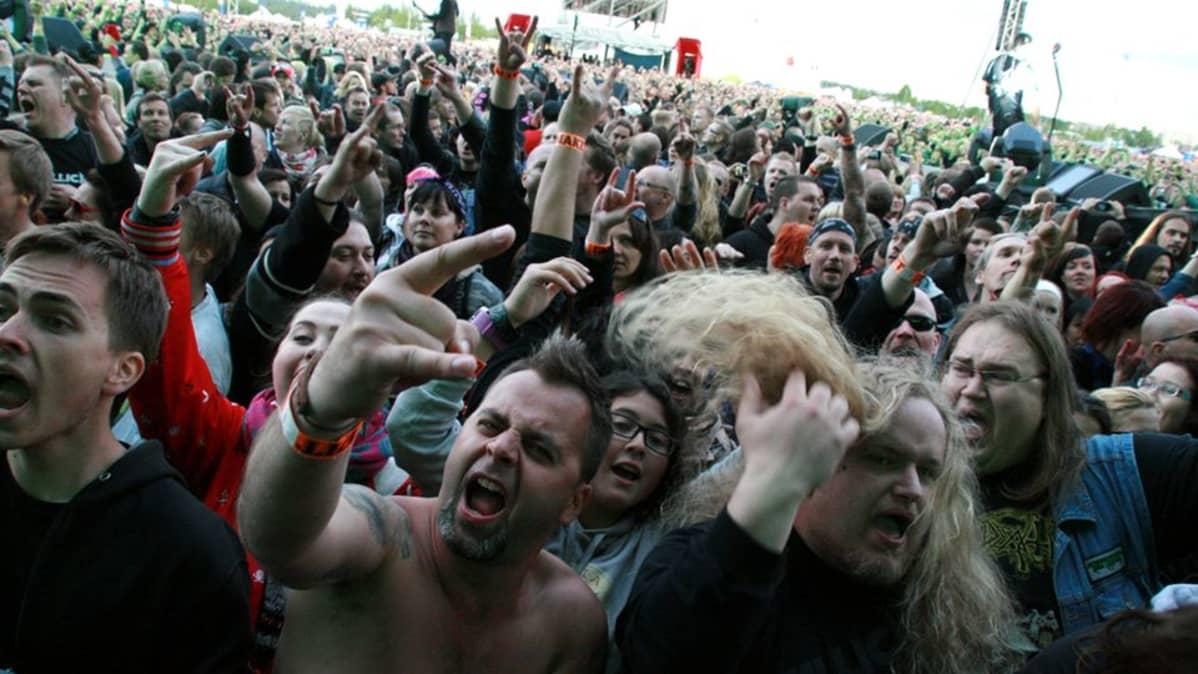 Metallican yleisöä Sonisphere-festivaaleilla.