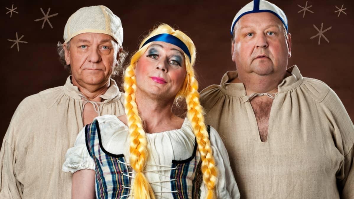Esko Roine, Mikko Kivinen ja Tom Lindholm Kalevala-esityksen roolivaatteissa.
