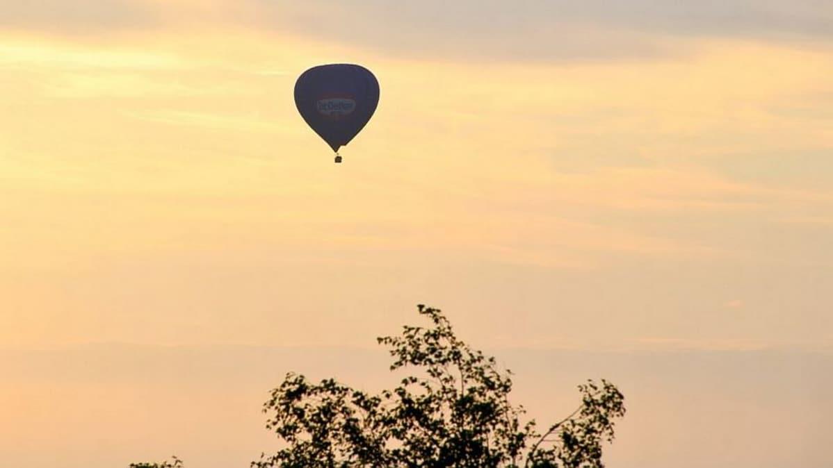 Kuumailmapallo Hämeen taivaalla aamunkoitteessa.