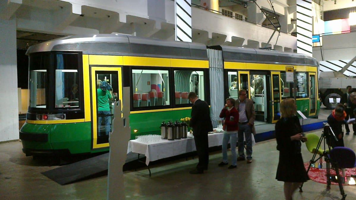 Uusi raitiovaunu on ulkoväreiltään tuttu keltavihreä.