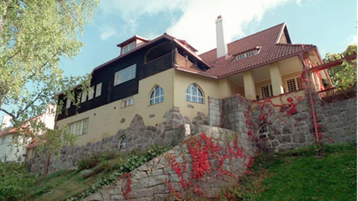 Arkkitehdit Eliel Saarinen, Herman Gesellius ja Armas Lindgren rakennuttivat Kirkkonummen Hvitträskiin erämaa-ateljeen vuosina 1902-1903.