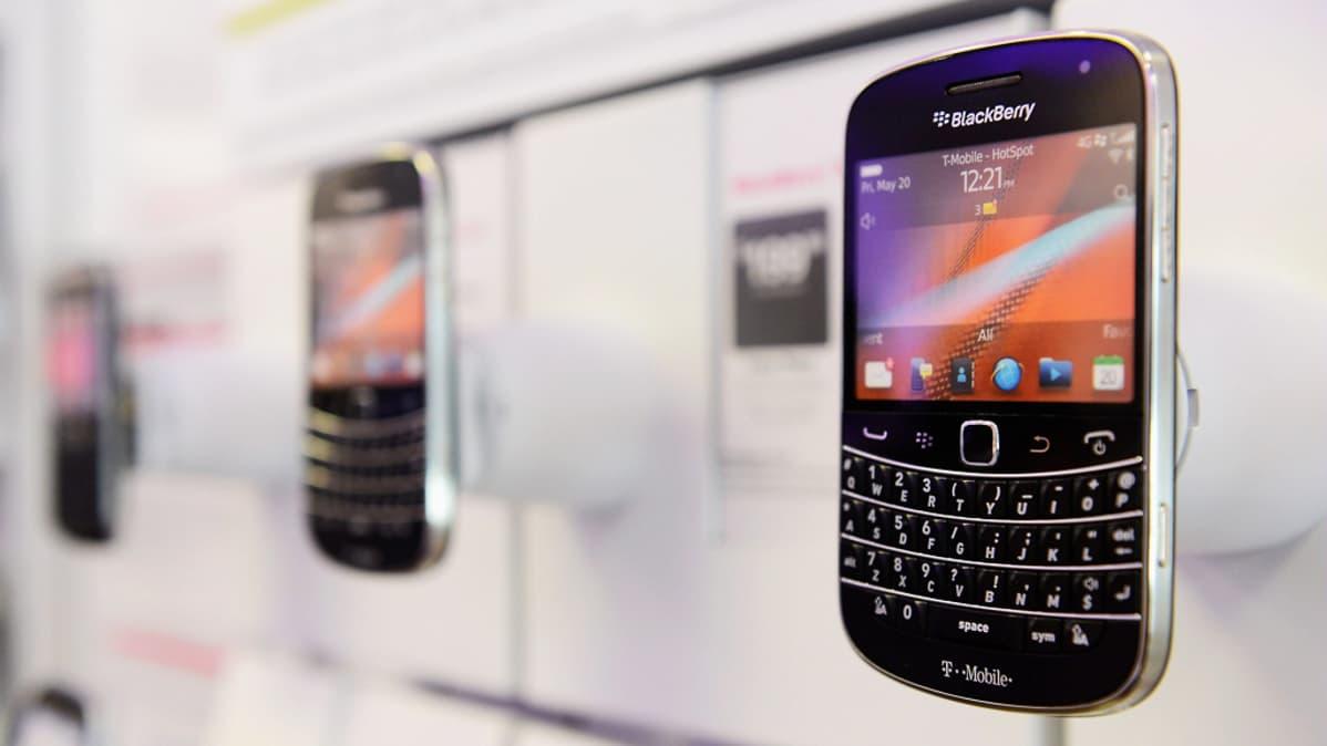 BlackBerry-älypuhelimia esillä liikkeessä.