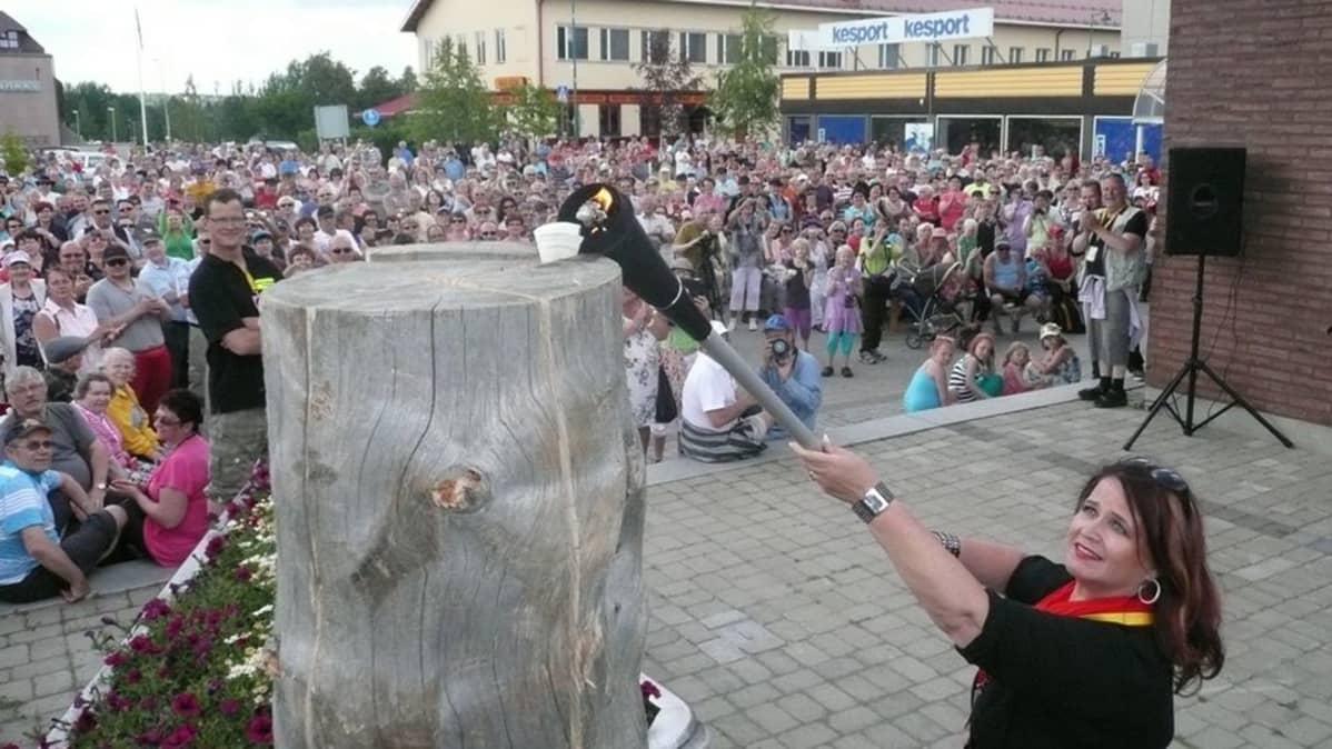 Meiju Suvas sytyttää tulet Iskelmätulet-festivaaleilla Kemijärvellä