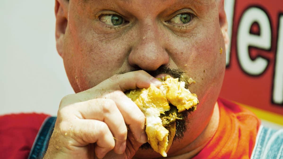 Dale Boone ahmii hampurilaista Z-burgerin vuosittaisessa itsenäisyyspäivän hampurilaisten syöntikilpailussa Washingtonissa 3. heinäkuuta 2012.