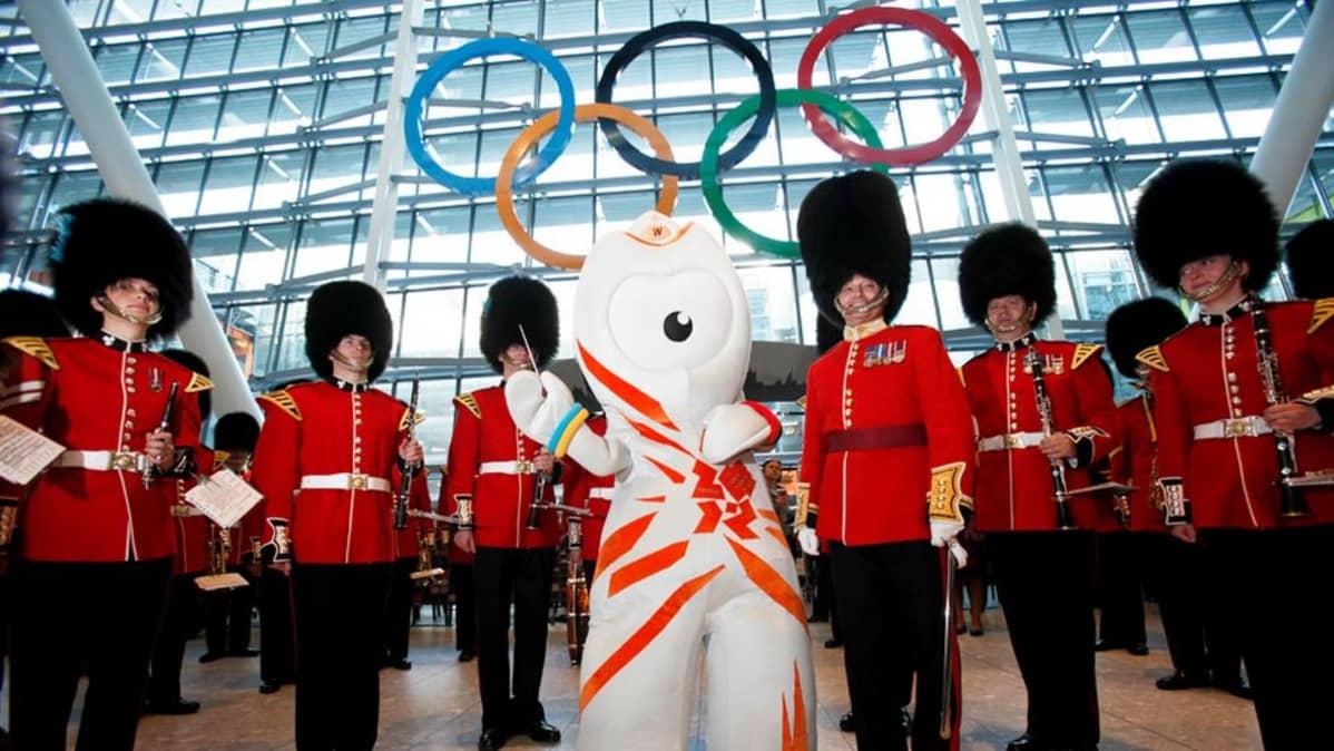 Lontoon olympialaisten maskotti Heathrown lentokentällä kesäkuussa 2012.