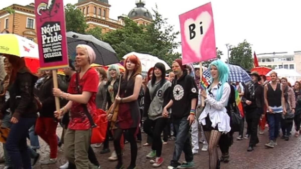 Sadat ihmiset marssivat Oulun North Pride -kulkueessa.
