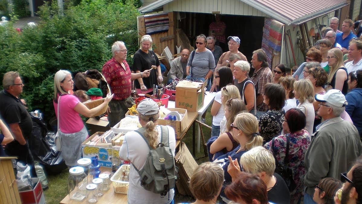 Pietarsaaren Skatassa järjestettiin erään talon pihalla kuolinpesän huutokauppa.