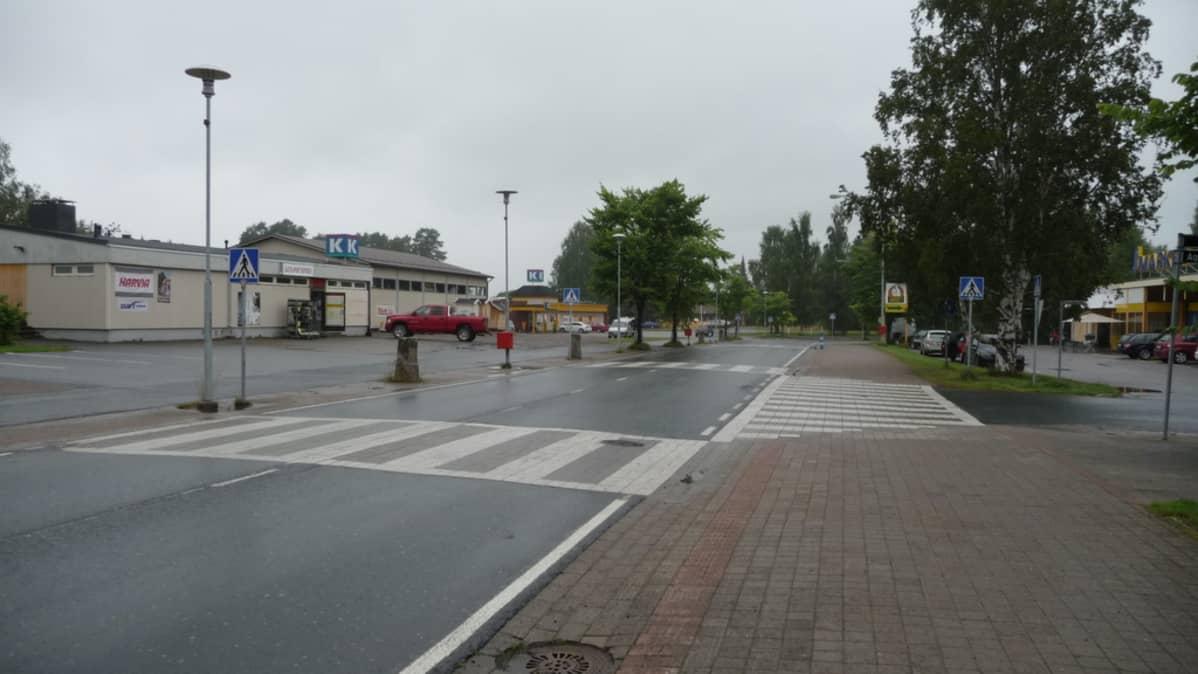 Maaningan kylän raitti sateisena päivänä.