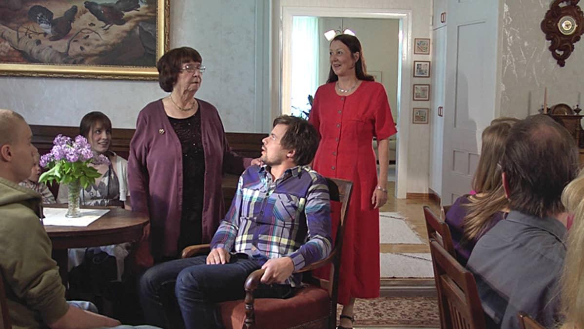 Kohtaus elokuvasta Käräjävuorentie, jossa Samu (Miska Kajanus) tapaa ison sukunsa Pohjanmaalla.