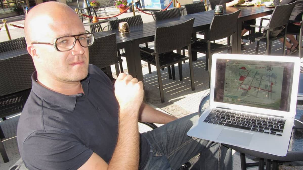 Koivu Interactiven yrittäjä Mikko Manninen esittelee läppäriltä Kemi Paths -matkailupalvelua.