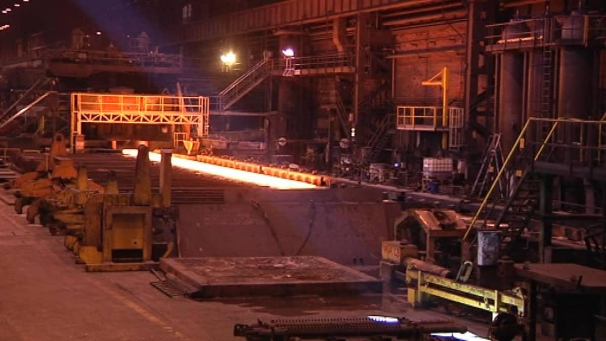 Rautaruukin Raahen tehtaiden valssaamosta valmistuu erikoisteräsrullia.