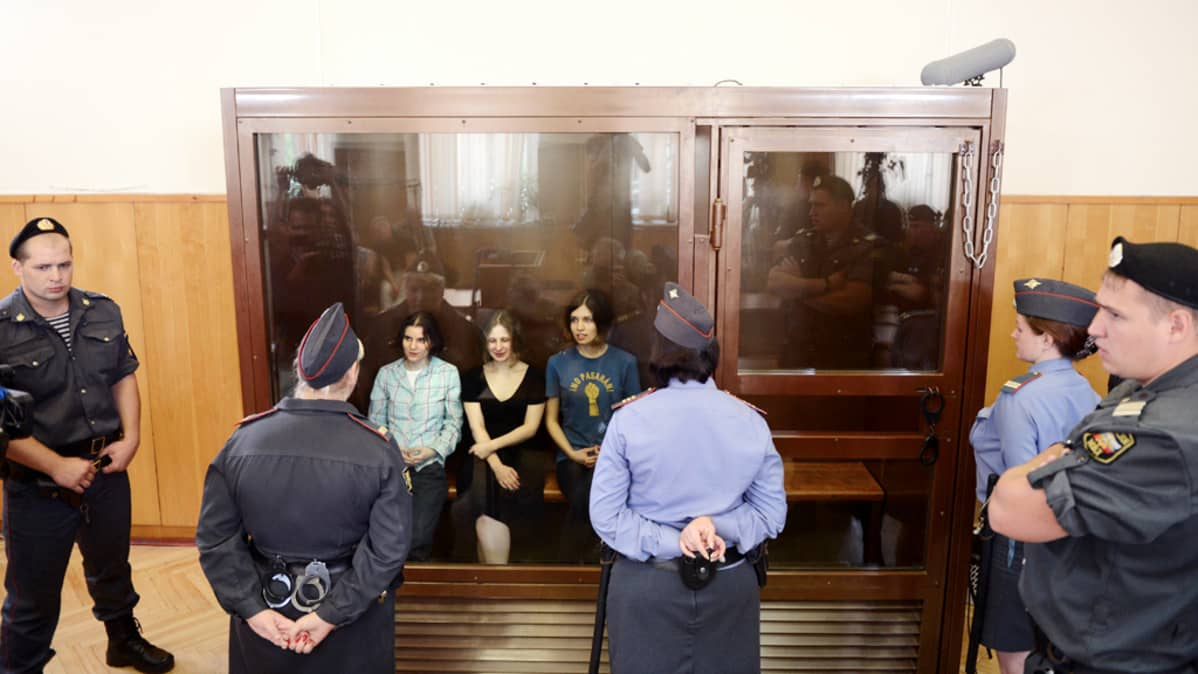Pussy Riot -ryhmän jäsenet osallistuivat oikeudenkäyntiinsä Moskovassa perjantaina.