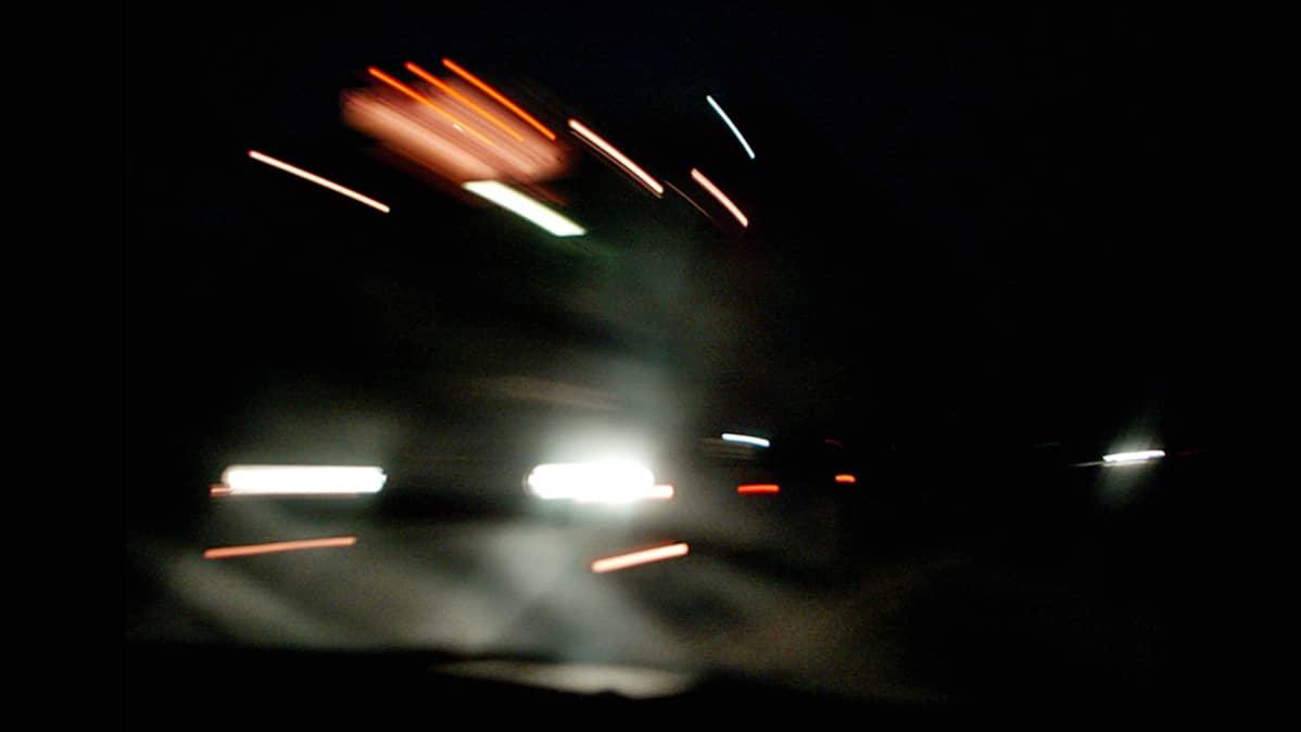 Rekan valot öisellä tiellä