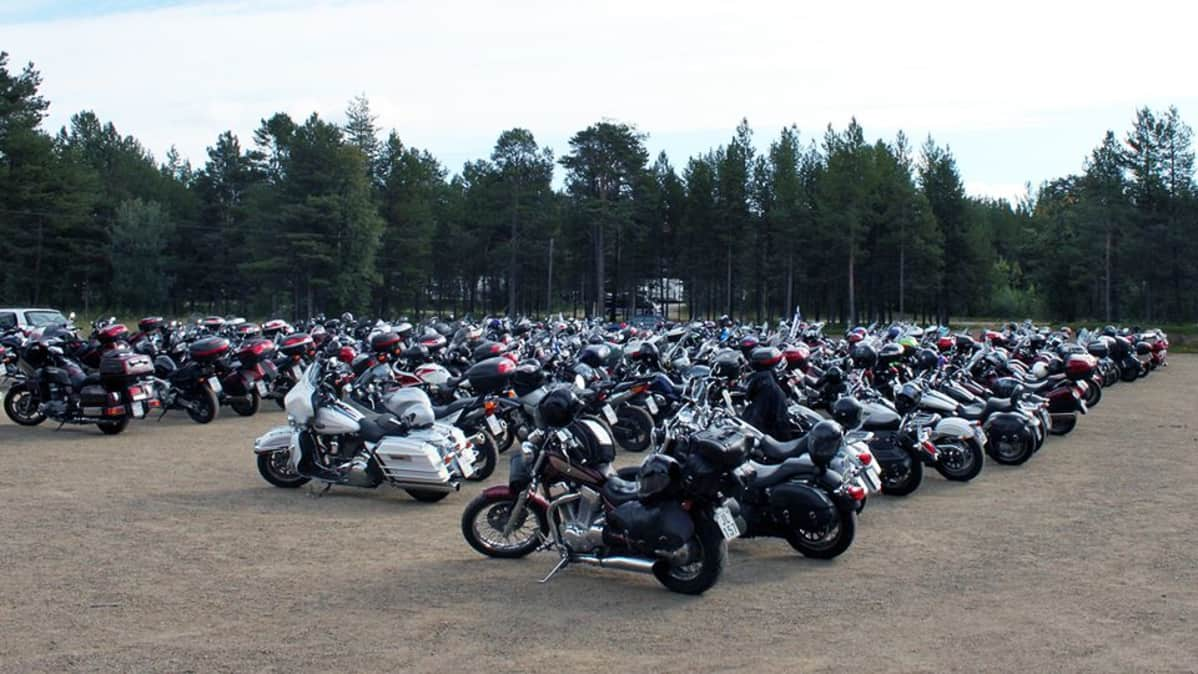 Jänkhällä jytää -moottoripyöräilijät kokoontuivat lauantaina Ijahis idja -saamelaisfestivaaleille Inariin.