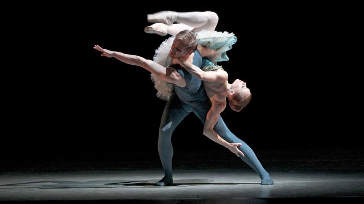 Samuli Poutanen ja Salla Eerola tanssivat Double Evil -teoksessa.