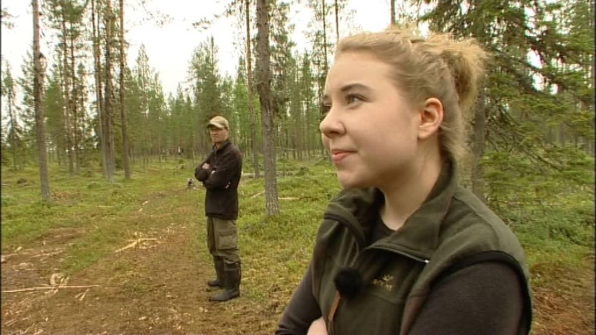 Luontoaktivistit Seppo Aikio ja Riikka Karppinen tutkimassa koeporausten jälkiä Sodankylän Viiankiaavalla
