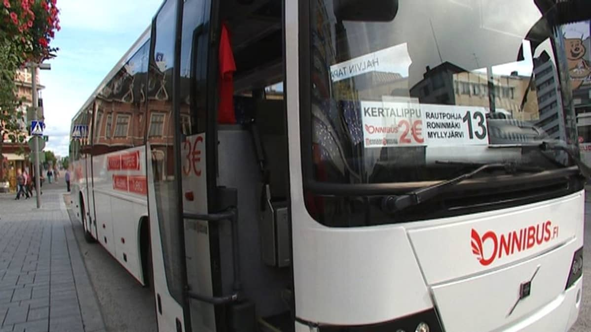 Linja-auto pysäkillä Jyväskylän keskustassa.