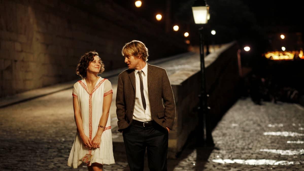 Owen Wilson ja Rachel McAdams  Woody Allenin elokuvassa Midnight in Paris.