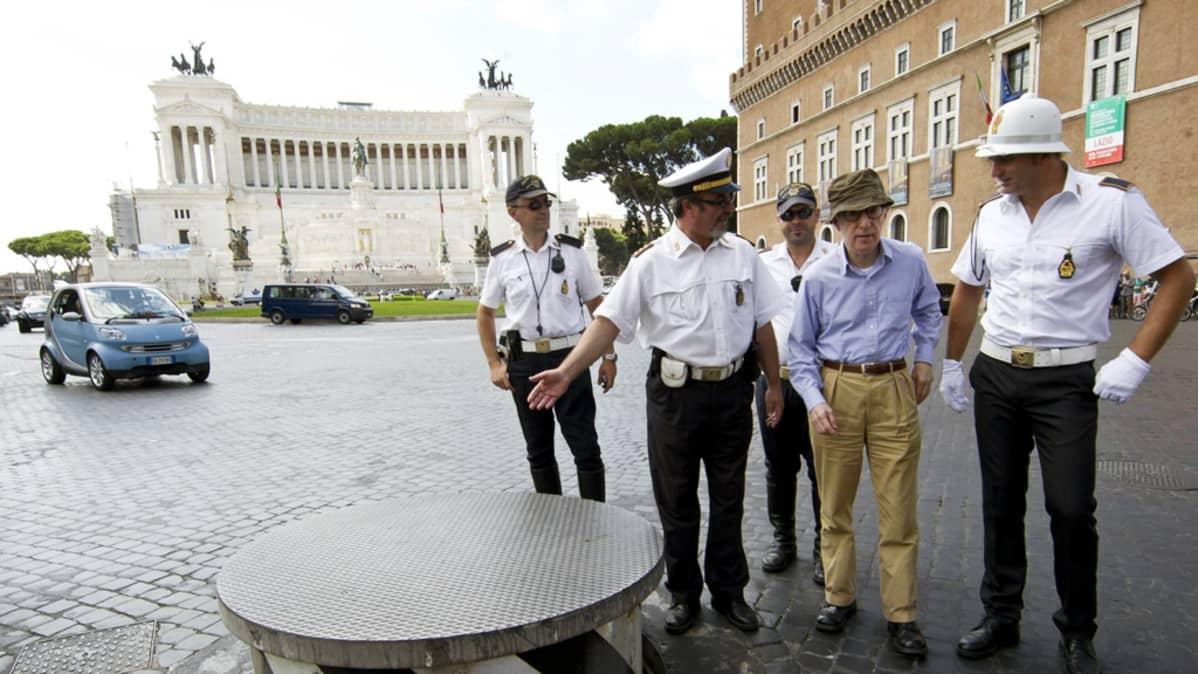 Woody Allen keskustelee italialaisten liikennepoliisien kanssa To Rome with Love -elokuvan kuvauksissa Roomassa.