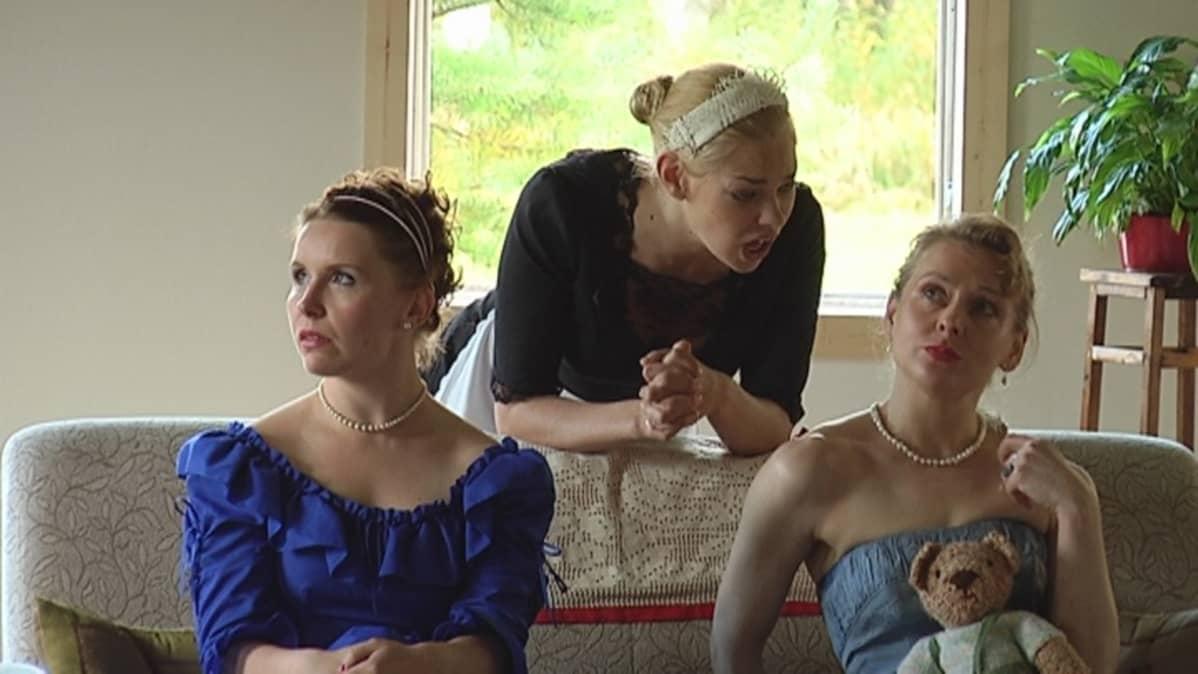 Henna-Riikka Peltola (vas.), Eeva Kähärä ja Marie Finne-Bray hauskuttavat yleisöä Mozartin Cosi fan tutten kamariversiossa Sumiaisissa.