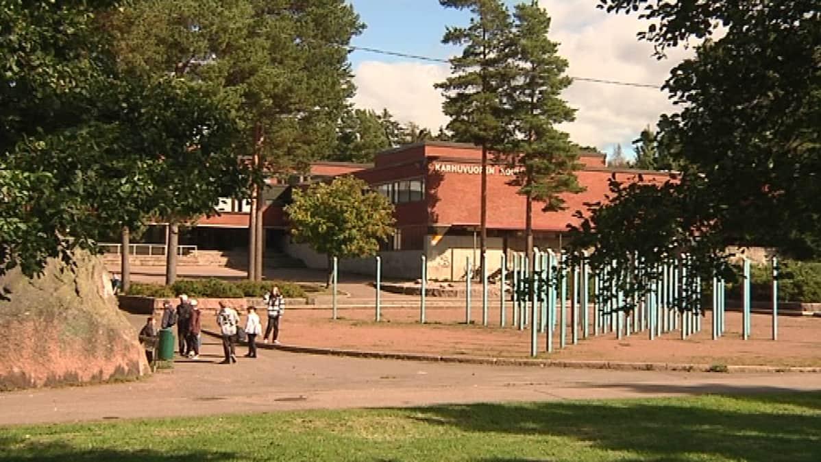 Oppilaita Karhuvuoren koulun pihalla.