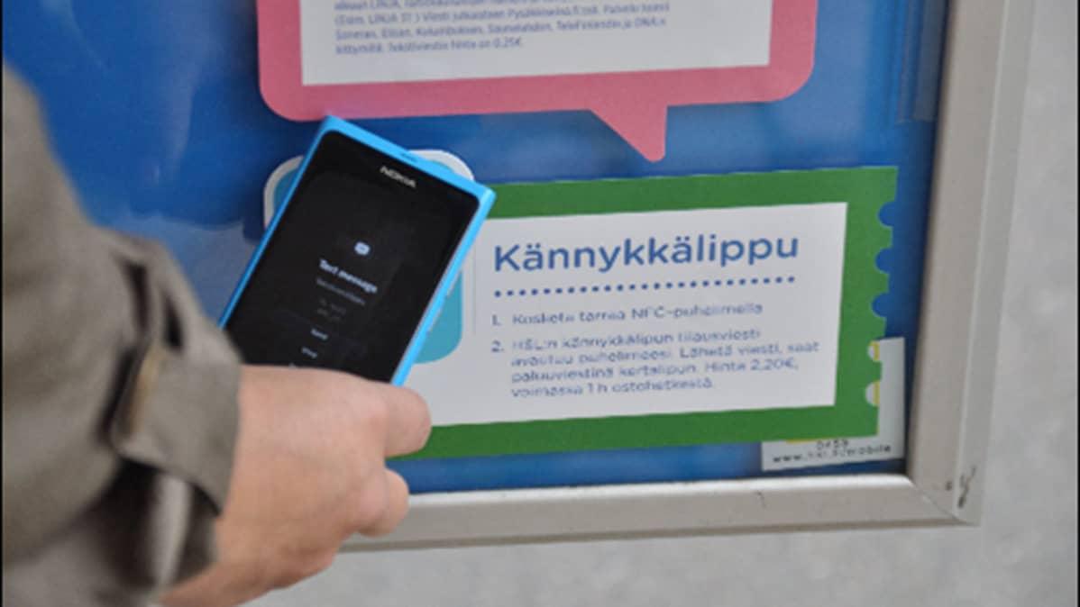 Kännykkälipun voi nyt ostaa koskettamalla NFC-puhelimella raitiovaunupysäkin tarraa.