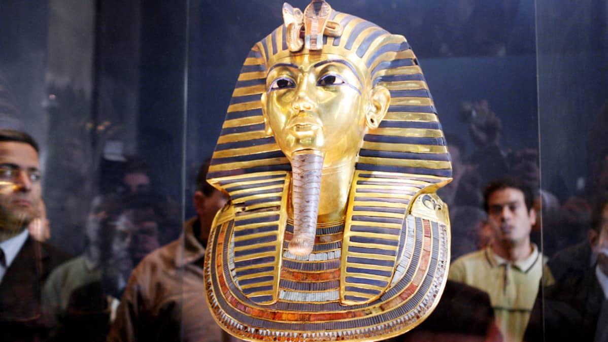Tutankhamonin kuolinnaamio lasikaapissa.