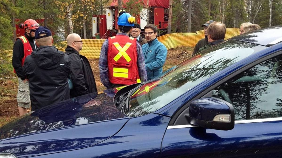 Ympäristöministeri Ville Niinistölle esitellään kaivosyhtiön tutkimuskairauksia Sodankylässä.