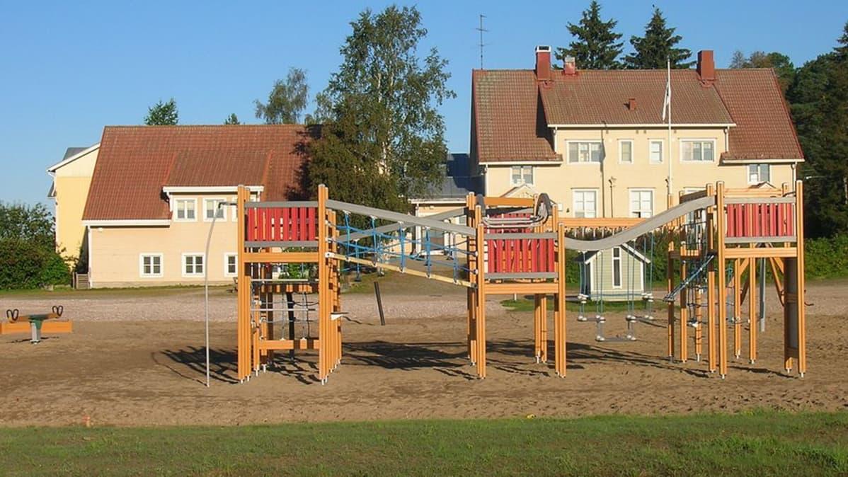 Kuvassa lähiliikuntapaikka koulun pihalla