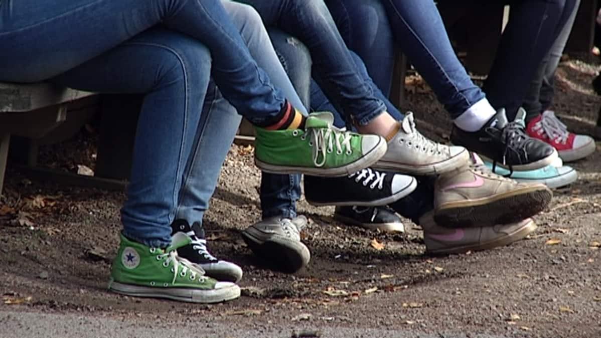 Nuorisoa istuu ulkona