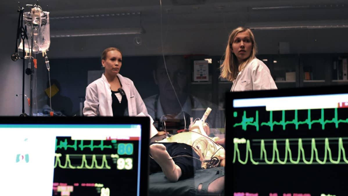 Lääketieteen opiskelijoita harjoitustilassa