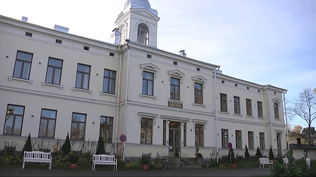 Pitkäniemen sairaalan hallintotalo.