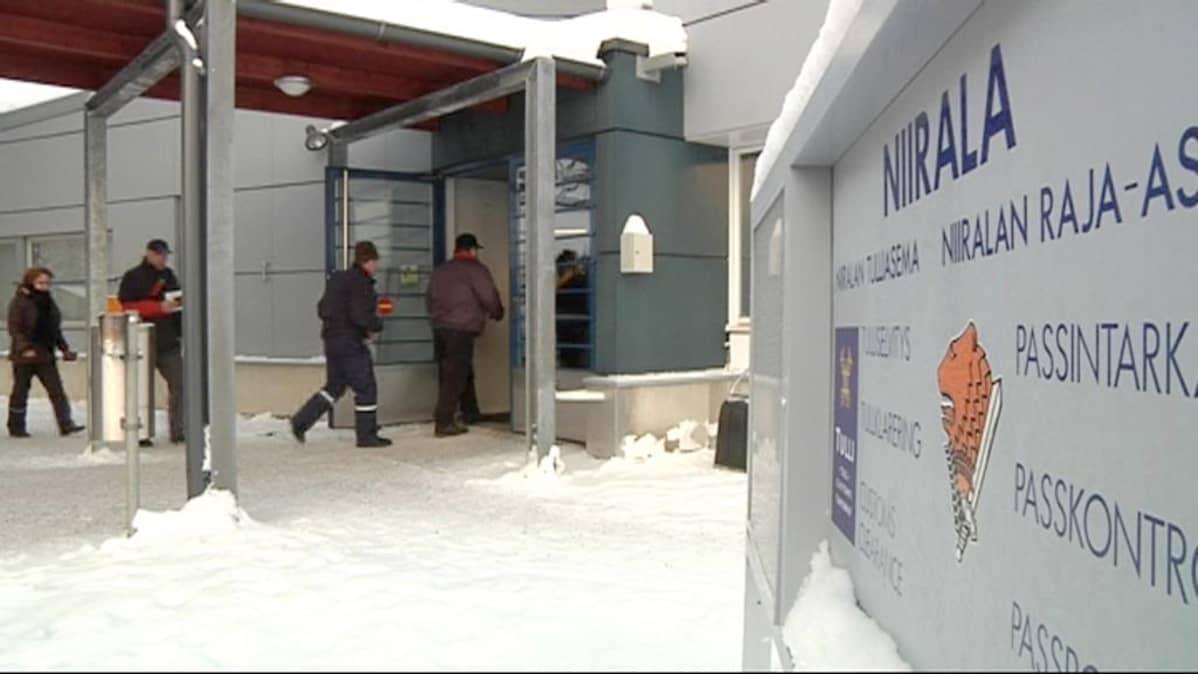 Rajanylittäjiä Niiralan raja-asemalla.