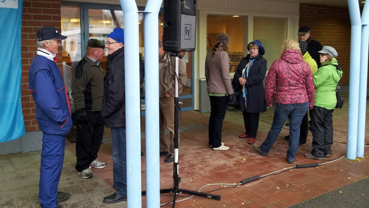Kuntavaalitapahtumaan osallistujia Pulkkilan kunnantalon edustalla.