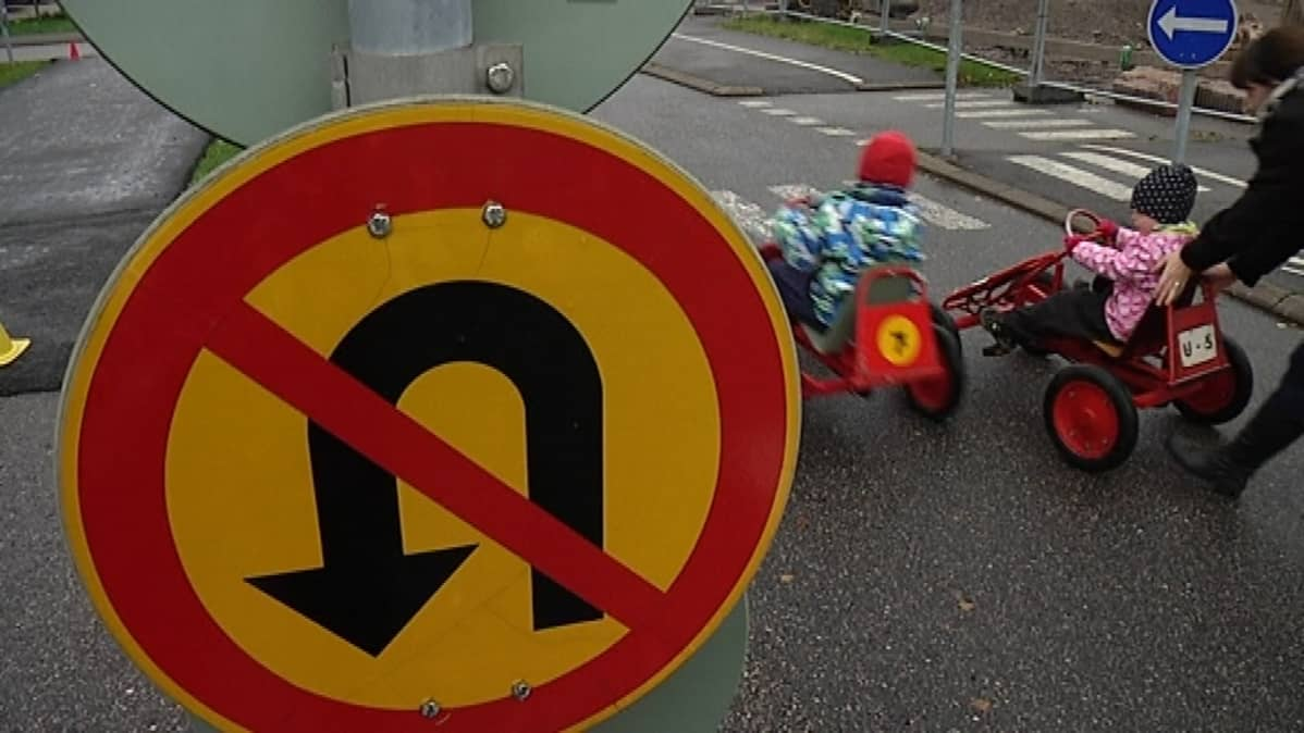 Lapset polkuautoilevat liikennekaupungissa.