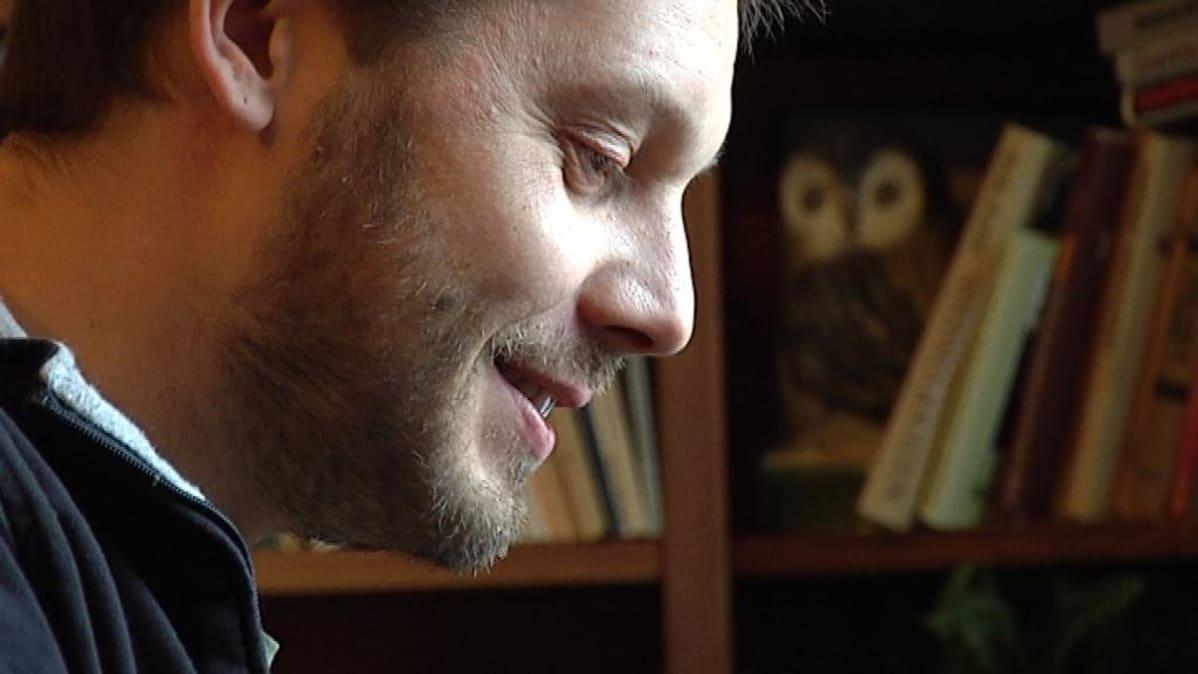 Aki Ollikainen kirjoittaa Eeva Joenpellon kirjastohuoneessa