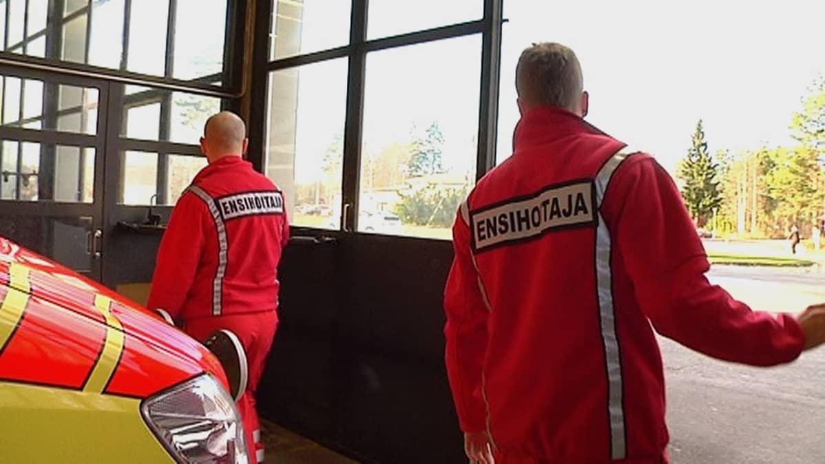 Ensihoitajia päivystämässä Joutsenon paloasemalla
