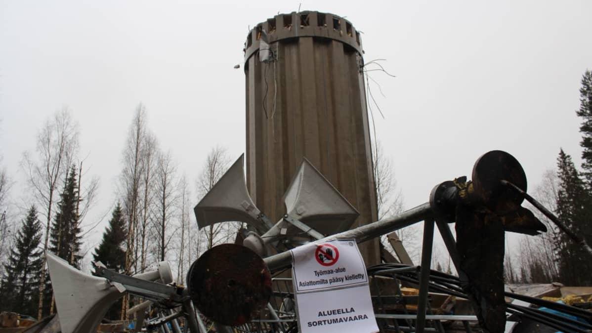Kangasvuoren vesitornin säiliöön mahtui kaksi tuhatta kuutiota vettä. Vertailun vuoksi: Harjun vesitornin tilavuus on kolme tuhtatta kuutiota.