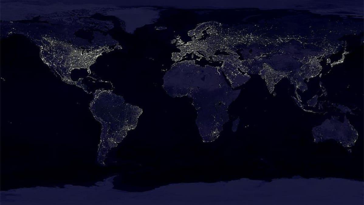 Yli 400 erillisestä satelliittikuvasta koostettu kuva yöllisestä maailmasta.