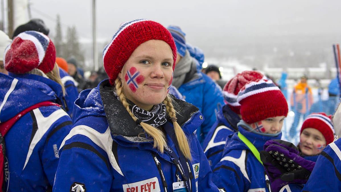 Yleisöä pujottelun maailmancupin avauskilpailussa Levillä.