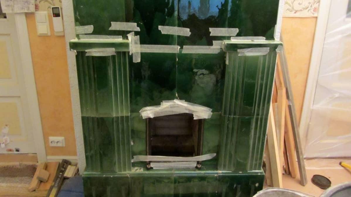 Kuvassa rakenteilla oleva vihreä kaakelitakka
