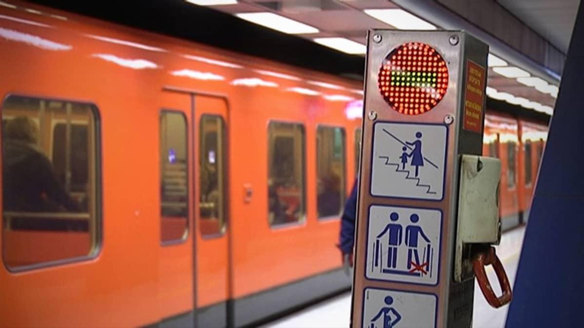 Helsingin metron liukuportaiden opasteita