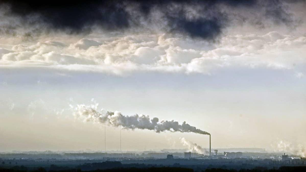Saksalaisen sokeritehtaan piipusta nousee savua taivaalle.