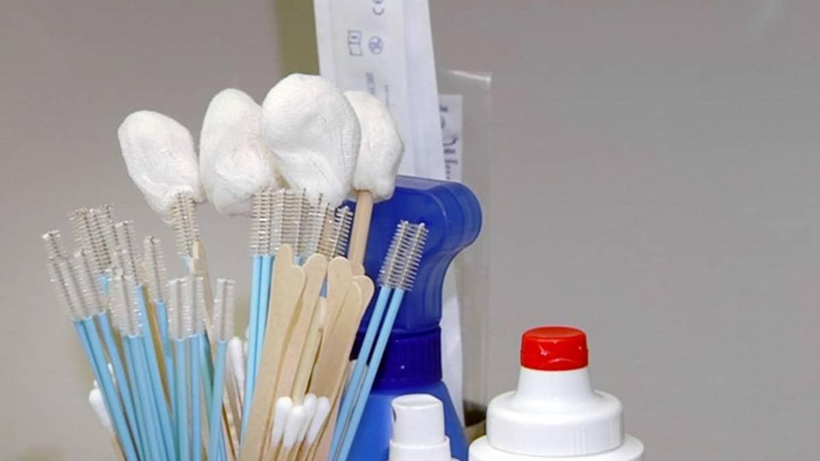 Papa-seulonnassa käytettäviä välineitä gynekologin vastaanotolla.